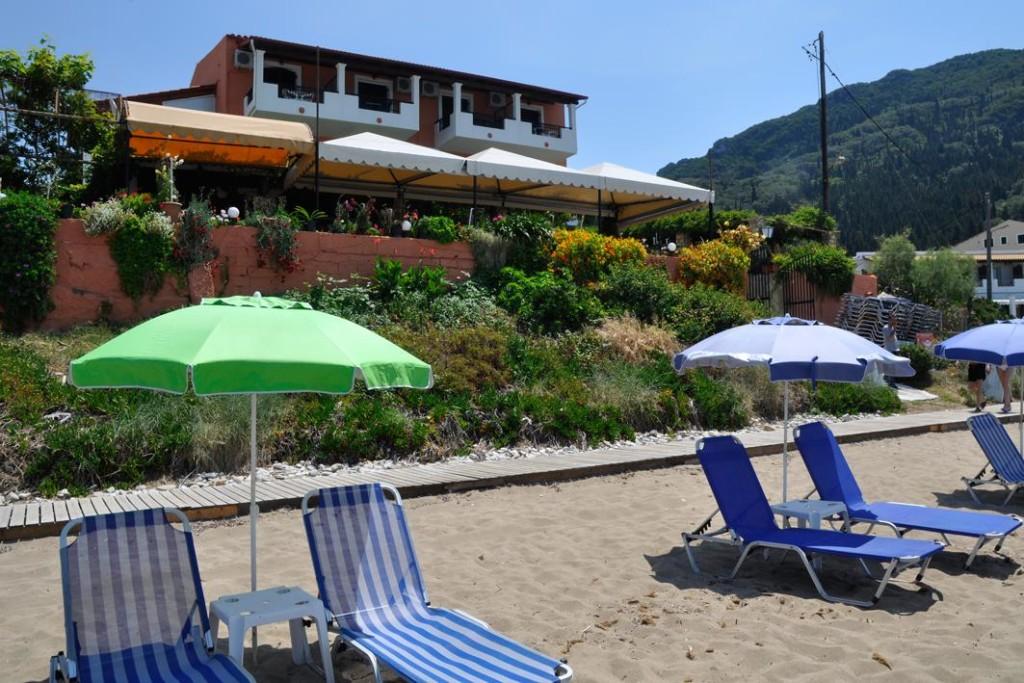 Außenansicht und Strandliegen Pension Dandidis